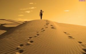 lady-czlowiek-pustynia