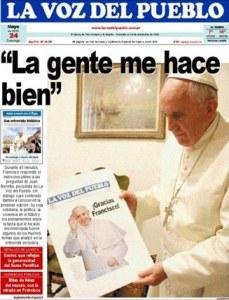 Папа-Франциск-с-номером-аргентинской-газеты-La-Voz-del-Pueblo