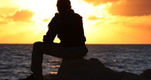 86759474_3649429_76101599_large_man_sitting_and_watching_sunsetother