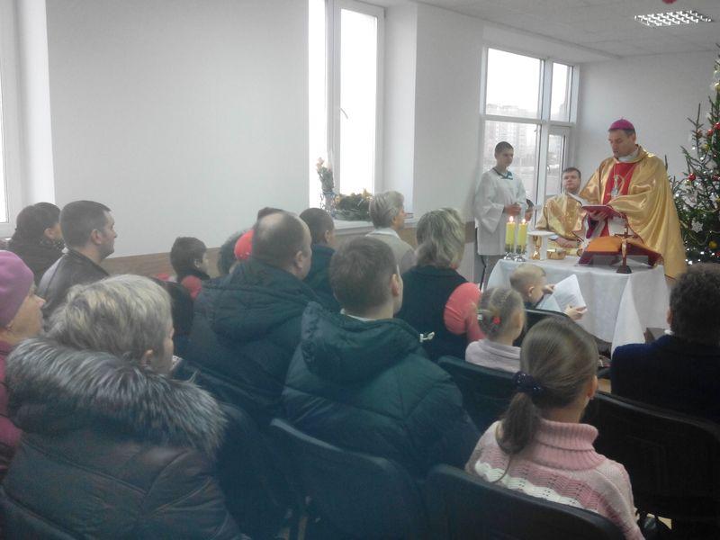 На другім фотаздымку: біскуп Алег адпраўляе святую Імшу 25 снежня а 10.00 гадзіне.