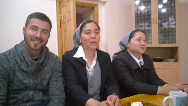 Дыякан Анджэй разам з в'етнамскімі манахінямі на служэнніі ў Казахстане